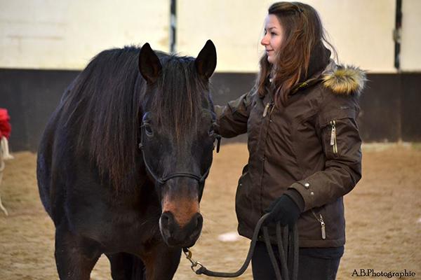femme à pied avec son cheval
